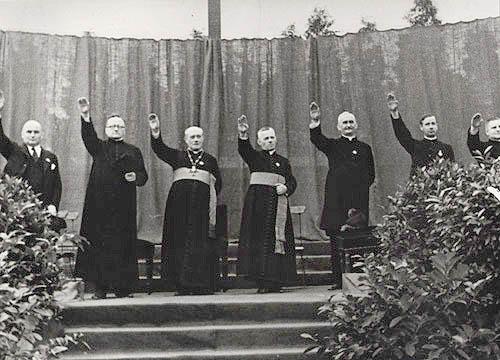 ateistyczni naziści obchodzą halloween przebierając się za katolickich księży